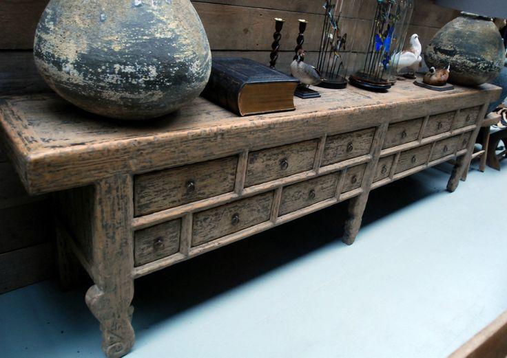 Zeer groot dressoir. Het dressoir is gemaakt van oud hout en heeft een zeer fraaie rustieke uitstraling.