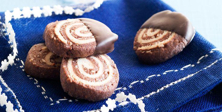 Sprode marcipanchokolader  Tip! Dyp kagerne i mørk chokolade. Pynt evt. med gulddrys.