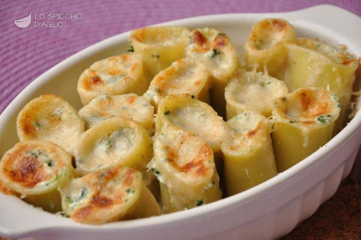 I paccheri ripieni ricotta e bietola sono una pasta al forno dal sapore delicato e caratteristico, arricchito dalla dolcezza della panna e dall'aroma di noce moscata.