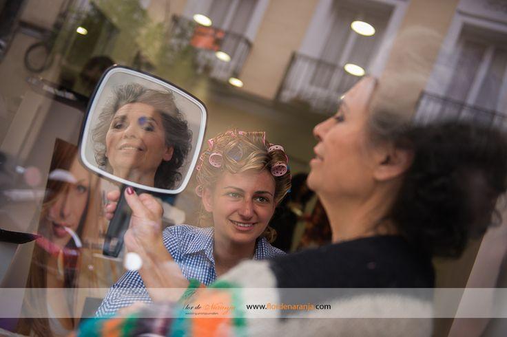 Fotografia de la novia y su madre en la peluquería durante los preparativos de la boda