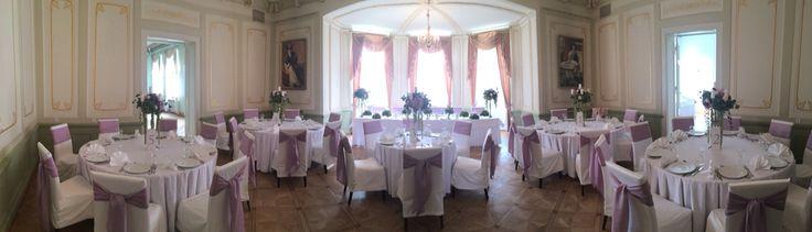 Dekoracja sali kandelabry. Hortensja, szarlat, róże i wax.