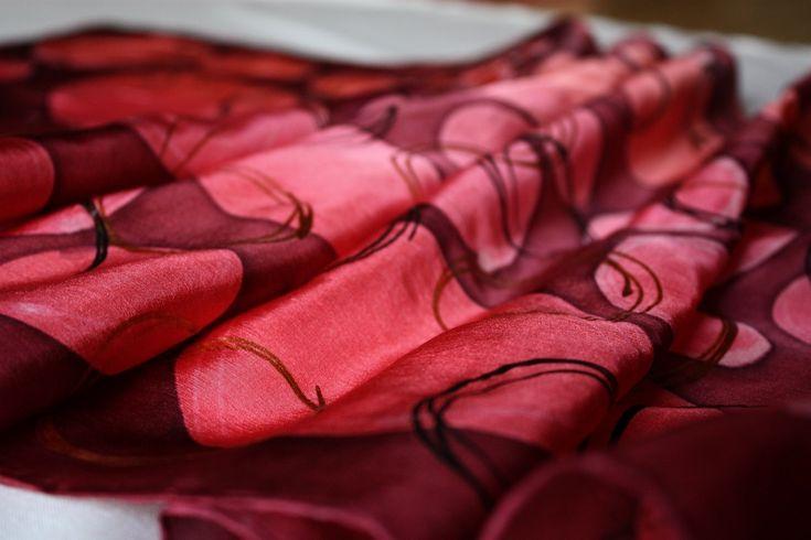 Bublifuk+růžově+Šála+160x45+v+jemně+růžových,+červených+a+vínových+tónech,+materiál:100%hedvábí+pongé+5+Ruční+malba,profesionální+parní+fixace+1kus-Originál+Baleno+dárkově+v+papírové+krabičce+s+průhledným+okýnkem.+Zhotoveno+dle+vlastního+originálního+návrhu.