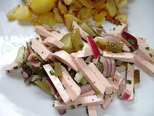 Bayerischer Wurstsalat  ohne Zucker, Senf in die Marinade, mit Gewürzgurken, Salami, Käse. Dazu Hartgekochtes Ei.