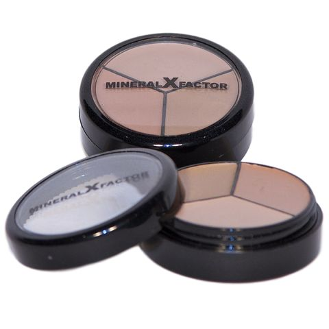 Contains 3 shades - light/medium/dark  Light, easy to use and extremely versatile, these correctors are a must have for your beauty bag. Great value you get 3 concealers in one compact!  Available in our classic corrector shades trio- light, medium and dark skin tone.