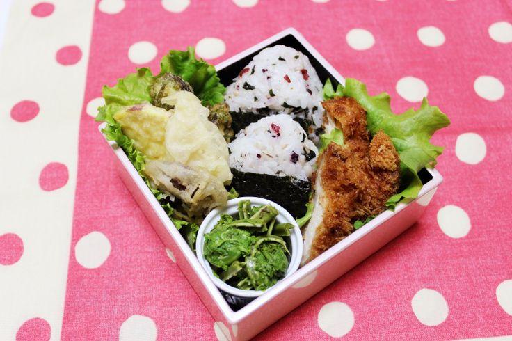 2014.4.23 Bento 梅しそのおにぎり、しいたけ・筍・こごみの天ぷら、チキンカツ、こごみのおひたし