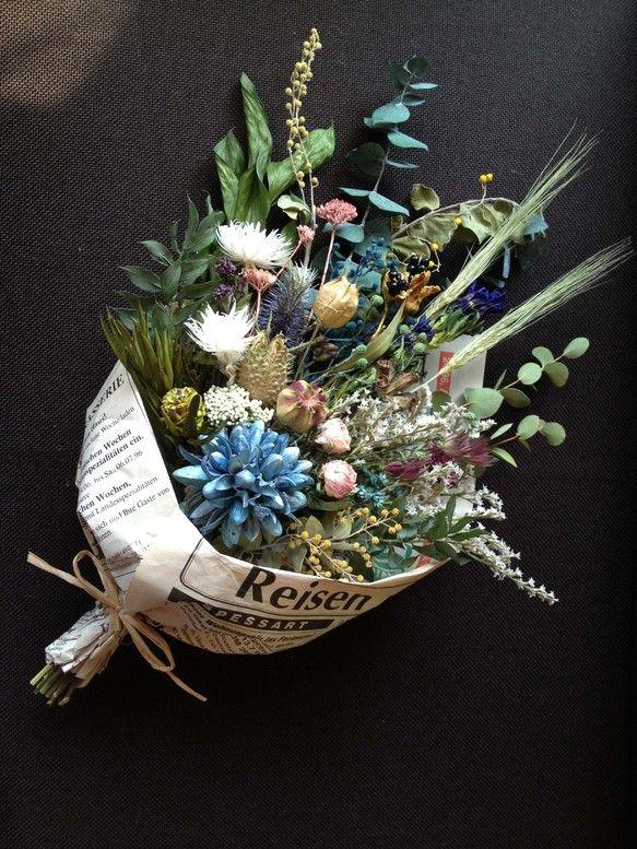 たっぷり花材を使用して、ラフな感じのドライフラワーブーケをイメージして作った、アンティークカラーにまとめた花束です。ドライフラワーのブーケなので、置いても良し...|ハンドメイド、手作り、手仕事品の通販・販売・購入ならCreema。