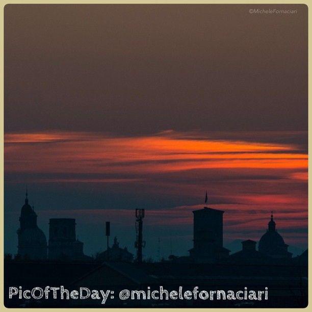 La #PicOfTheDay di #TurismoER oggi immortala il silenzio e i colori dell'alba sui tetti di #ReggioEmilia! Complimenti e grazie a @michelefornaciari