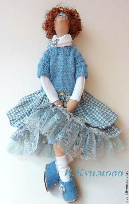 Купить или заказать Кукла тильда Галочка в интернет-магазине на Ярмарке Мастеров. Кукла изготовлена в смешанном стиле бохо и прованс Платье сшито из натурального хлопка про-во США, свитерок связан мною из шерстяной пряжи .Обувь также выполнена мною вручную. Может сидеть самостоятельно. Волосы выполнены из атласной ленты.…