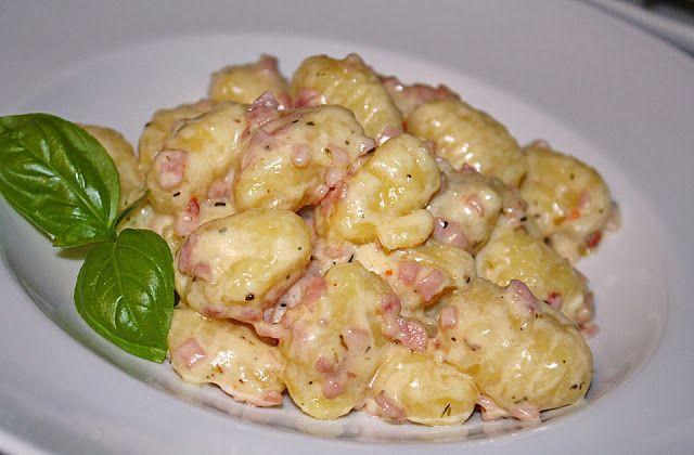 Zutaten    500 g Gnocchi  50 g Schmelzkäse  1 Knoblauchzehe(n)  150 ml Sahne  1 EL Olivenöl  2 EL Parmesan  Salz  Pfeffer  4 Schei...