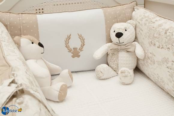 Kit berço contendo, protetores, edredom, rolinho e trocado. Opçoes de decoração, urso em patch.
