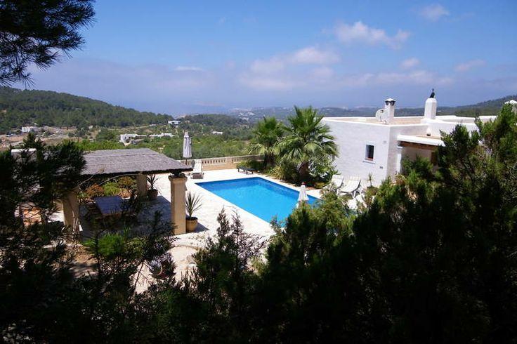 Luxe vakantievilla welke te vinden is op het Spaanse eiland Ibiza. Deze prachtige accommodatie is geschikt voor max. 6 personen en heeft de beschikking over een eigen zwembad.