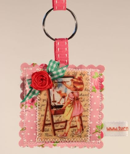 Schattige sleutelhanger, gemaakt van tafelzeil, met vintage plaatje.  Keychain made of oilcloth, with vintage picture.  www.yip4you.nl