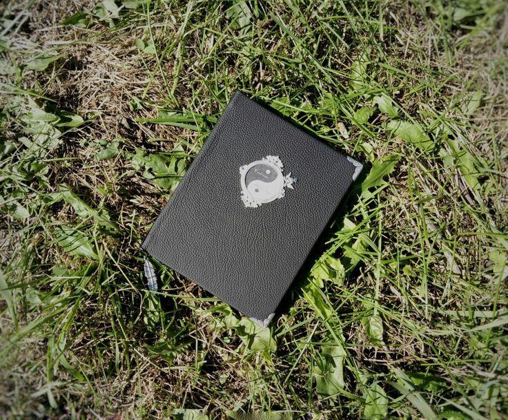 ИНЬ ЯН. СДЕЛАН НА ЗАКАЗ. Блокнот формат а5, обложка кожа. 100 листов.  Металлическая фурнитура.  #блокнот #кожзам #зеленый #book #green #handmade #иньян #черный #белый #кожа