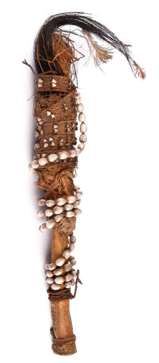 FIGURA REPRESENTANDO DANZANTE / INDONESIA Asie du sud-est / Indonésie / Papouasie / Papua  Matériaux et Techniques : Os humain, plume (casoar), graine (coïx lacrima), fibres végétales
