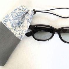Étui à lunettes gris et fleurs bleues, étui téléphone, étui à lunettes sport, étui lunettes femme, cadeau femme,