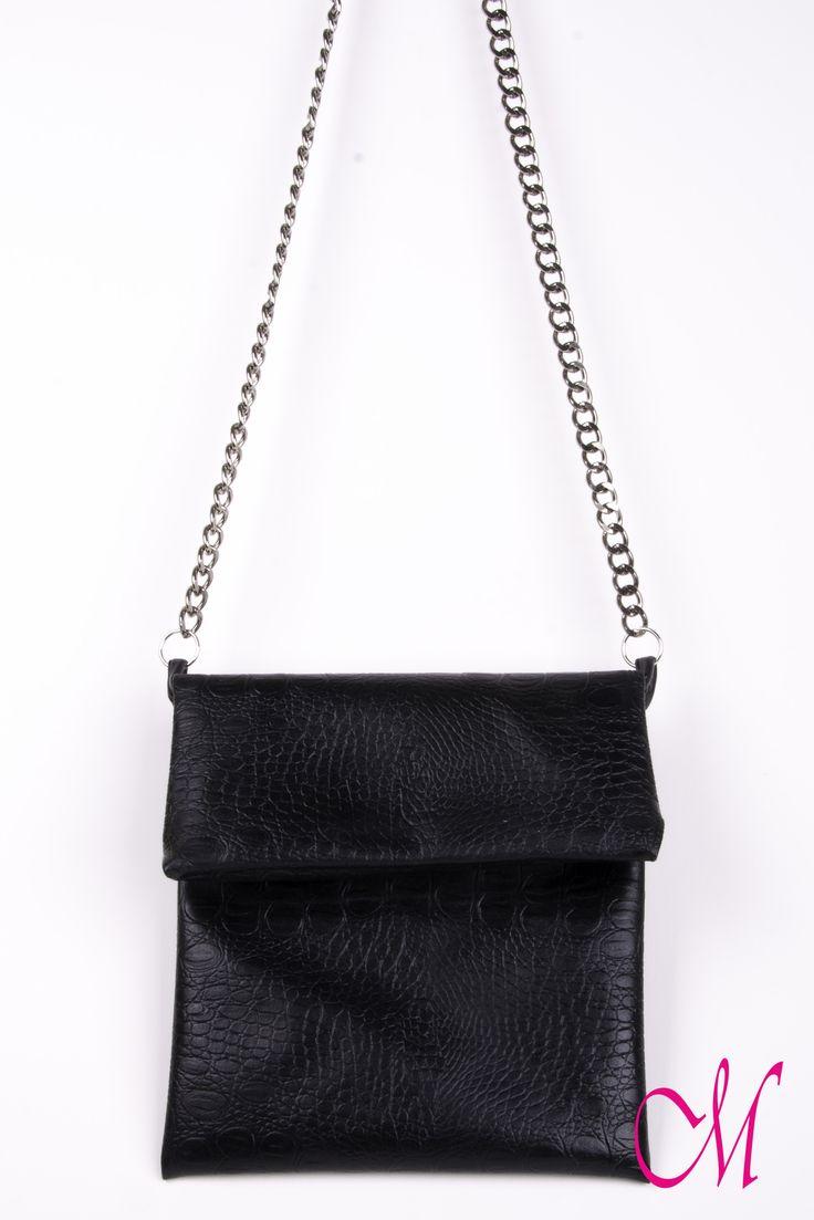Bolso de colgar en piel negra con cierre de cremallera y cadena. www.monetatelier.com