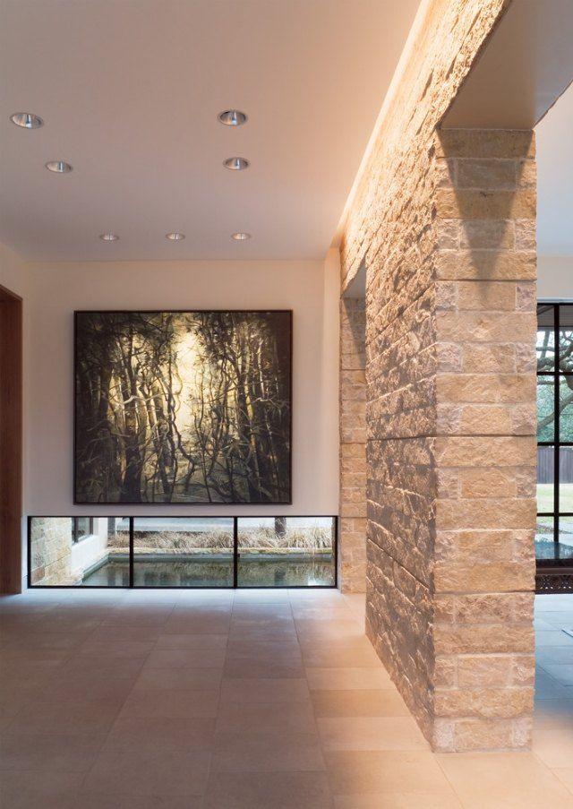 éclairage indirect LED et spots accentuent le mur en pierre