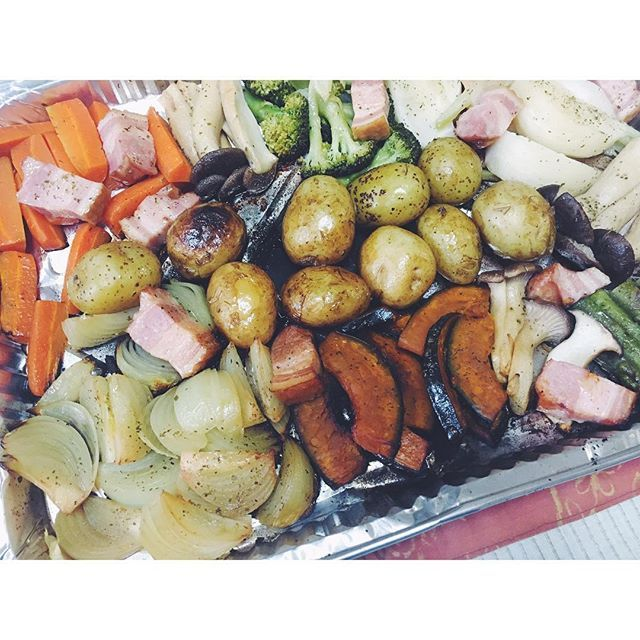 * 野菜もぎゅうぎゅう焼き♡ * #夜#夜ご飯#夕食#ピザ#ピザパーティー#ピザ窯#BBQ#肉#串焼き#炭火焼き#野菜焼き#ぎゅうぎゅう焼き#焼きたて#アウトドア#おそとごはん#ごはん#念願の#パーティー#楽しい#美味しい#生地もちもち#手作りピザ#食べるって幸せ#happy#instagood#pizza