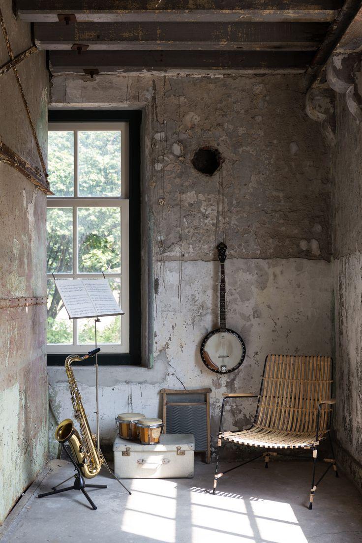 Een geweven stoel met muziekinstrumenten #trend #nature