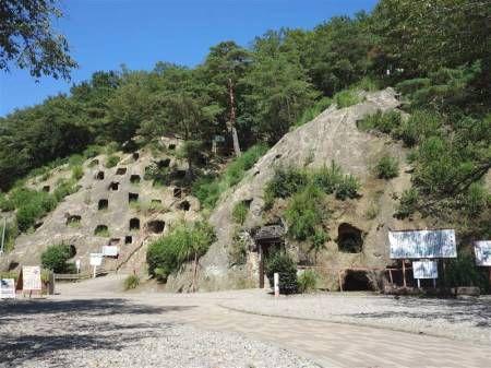 最も初期の人類は、どんな所に住んでいたのでしょうか?多分、最初の最初は野生の動物と同じで、大きな木のほこらや藪、しげみの中あたりで過ごしたのでしょう。そこからもっと強度のある岩陰などに移っていったものと思われます。上の画像は長崎県佐世保市にある国内でも最も古い横穴式住居跡のひとつ、「福井洞穴」です。この遺跡は旧石器時代から縄文時代にかけての遺物がこの入り口の地盤下6mにわたって堆積しており、数万年の間使われ続けたことがわかっています。上部の岩の崩落や、土などの堆積により狭くなっています。こうした初期の住まいの様子は、世界的にも類似していることも多く、例えばこれはイタリアのマテーラの横穴式住居ですが、自然の洞窟を人工的にくり抜いて広げている様子が判ります。また、チベットの西方ではツァパラン遺跡と言って一山全体が住...住まいの起原