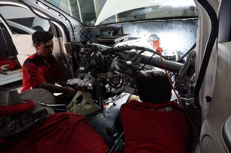 Bongkar Dashboard Datsun Go Proses Pelepasan Evaporator Untuk Selanjutnya Dilakukan Perawatan Agar Udara Yg Keluar Lancar Dan Tidak Tersumbat Debu Dan Kotoran