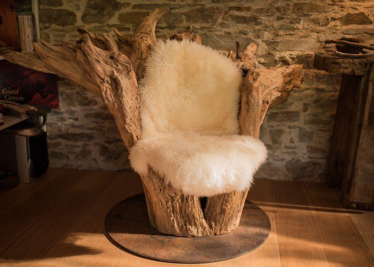 Creusé dans un pied d arbre flottant , échoué sur une ile de la Loire , sablage, peau mouton naturel, pied  disque acier brut .