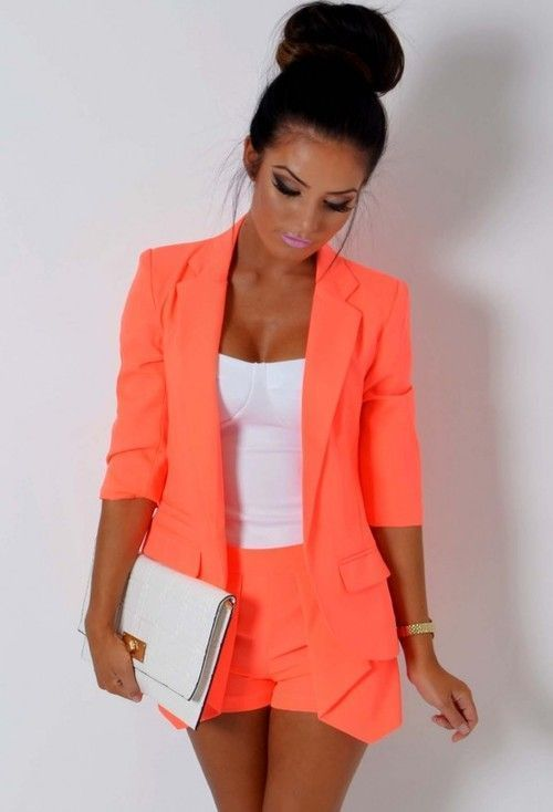 Acheter la tenue sur Lookastic: https://lookastic.fr/mode-femme/tenues/blazer-bustier-short-pochette-montre/12561 — Blazer orange — Bustier blanc — Short orange — Montre dorée — Pochette en cuir blanche