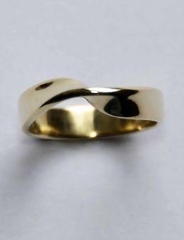 Gouden mobiusring van: Ringen - Marja Schilt