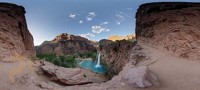 Водопад Хавасу – #Соединённые_Штаты_Америки #Аризона (#US_AZ) Вода... мы ее и как-то не особенно ценим, а ведь в ней столько красоты и силы! Недаром ведь люди любят именно ездить к морю, ловить волны в океане, наблюдать рассвет или закат над озерной гладью, восхищаться мощью водопадов и горных рек... И сегодня я вам представляю один из водопадов Гранд Каньона - Хавасу! Он, конечно, не особенно высокий и большой, но очень красивый. #достопримечательности #путешествия #туризм…