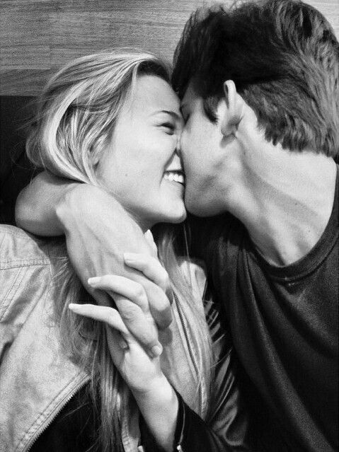 ♡ I see pics of u and i smiling while kissing... Oh how i miss you
