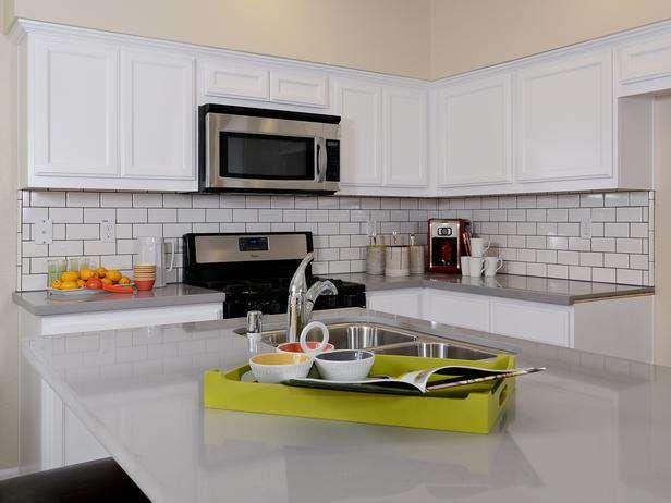 moderne küche mit u bahn fliesen backsplash #küchenschrank
