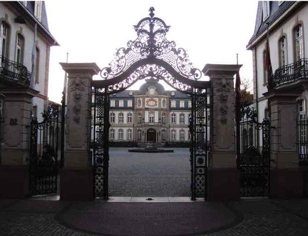 De familie Schönemann bezat naast het huis is Frankfurt ook een aardig optrekje in Offenbach; en dat allemaal dank zij de pruimtabak