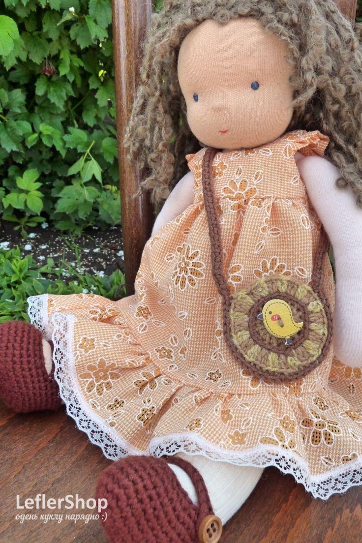 Эльза обожает ходить в гости! В веселом оранжевом платьице она самая милая среди гостей. И обязательно - полная сумочка конфет, хватит каждому)))) . . . . . .    Платье, колготы, туфли, сумочка. Веселое апельсиновое платье с кружевом. Обувь и сумка связаны крючком, декорированы деревянными пуговицами. . . . . . #leflershop #лефлершоп #кукольная_одежда #вальдорфская_кукла