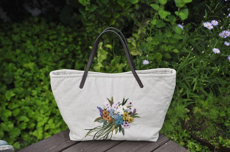 울사로 수놓은 꽃다발 가방