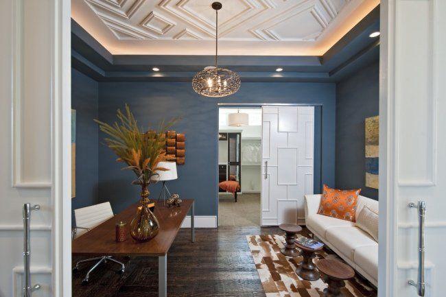 un plafond en staff blanc et élégant dans le salon bleu