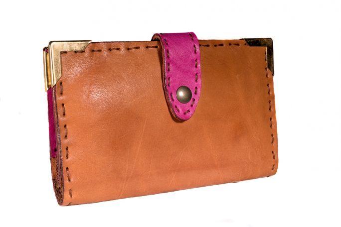 Woman wallet of Kilaccessori Classic women's wallet with large purse pocket, wallet pocket, document pocket, three pocket pockets. Lined in leather, clip-on closure.
