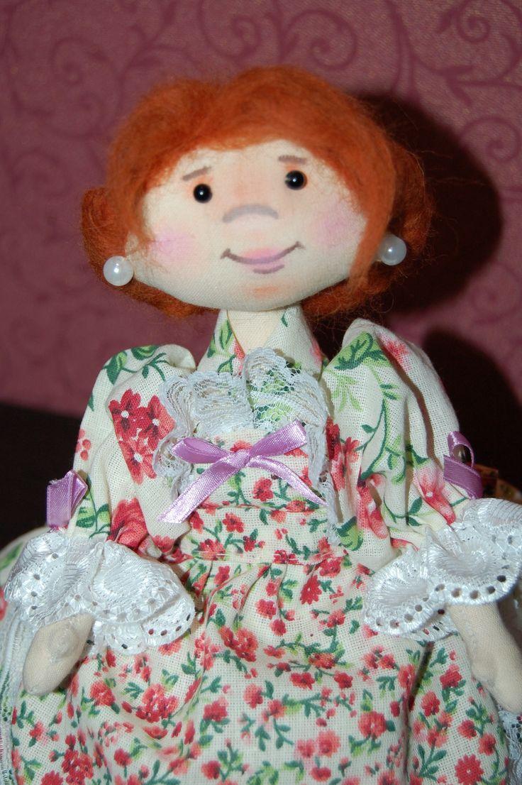 Кукла-грелка на чайник Арина сшита с любовью,по моей выкройке,вручную из бязи,наполнитель куклы и утеплитель юбки - синтепон. Глазки у куклы черные бусинки,сережки из бусин под жемчуг,волосы привалены шерстью для валяния,ручки на нитяном креплении,брови,нос и рот нарисованы акриловой краской,тониров...