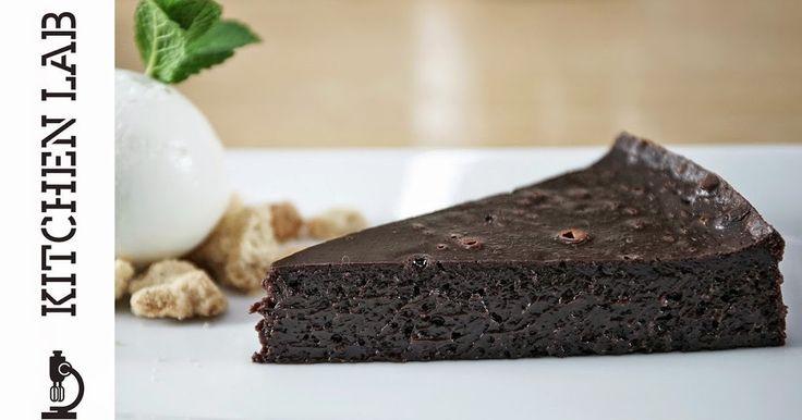 Μια συνταγή από τον Άκη Πετρετζίκη    Συστατικά   Για το κέικ  600 γρ. σοκολάτα κουβερτούρα  300 γρ. βούτυρο