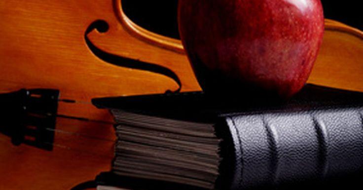 Como reconhecer um violino Stradivarius original. Quando o assunto é qualidade em manufatura de instrumentos musicais, nenhum nome é mais respeitado do que o de Antonio Stradivarius. Um violino Stradivarius é considerado por muitos como o topo da excelência musical. Nascido em 1644, Antonio Stradivarius manufaturou violinos em sua casa, localizada em Cremona, Itália, entre o final dos anos 1600 e ...