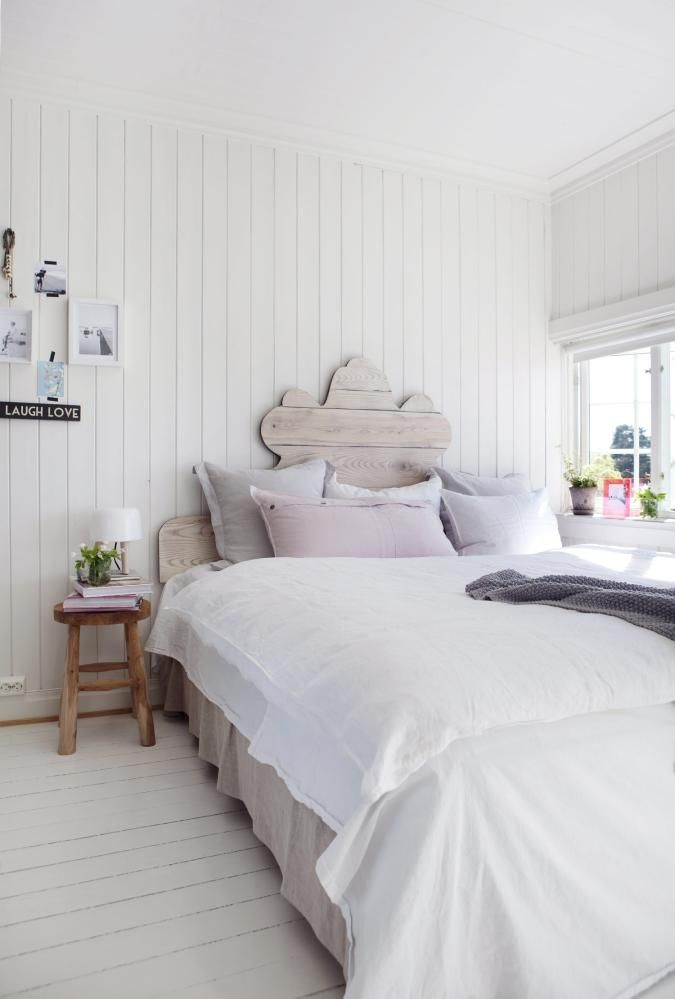EN SOMMERDRØM: Rent sengetøy som har lufttørket utendørs, er en drøm å legge seg til å sove i, og mange myke puter i duse  på nattbordet. Og en bunt friske blomsterfra hagen blir kronen på verket.Sengegavl, 180 x 120 cm, kr 6900, og krakki teak brukt som nattbord, kr 1 190, begge fraAnouska. Lampen Milk, kr 1199, Bolina. Hvitt linsengetøytil dobbeltdyne, kr 699, sengekappei lin, 180 x 200 cm, kr 499, og rosa linput...||guest bedroom?