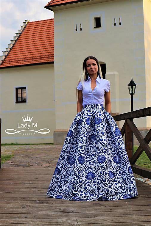 8b747f5a4370 Spoločenská skladaná modro-biela maxi sukňa folk s vreckami z hrubého  saténu s potlačou s