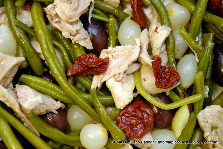 La Piccola Casa: La ricetta per un ottimo piatto freddo estivo: Insalata di pollo con fagiolini, pomodori al forno, cipolline sottaceto e olive taggiasche