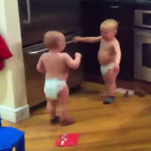 Baby Tweeling Begrijpen Elkaar. Bekijk dit superleuke filmpje