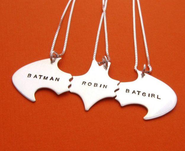 Collares con el signo de Batman | 38 piezas de joyería perfectas para compartir con tu mejor amiga