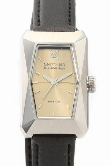 MARCH LA.B MONTPENSIER  MARCH LA.B MONTPENSIER 77760 MARCH LA.B(マーチエルエービー)より MONTPENSIER(モンパンシェ)のご紹介です デザイン性の高い長方形のケースに 重巻きして着用するブラックのレザーベルトがおしゃれな逸品 長方形のケースとレザーベルトの幅がほぼ同じになっており 着用いただくと腕時計を着けているというより レザーのブレスレットを着けている様な感覚になります ドーム型の反射防止ミネラルクリスタルを使用しており 視認性も!!! 腕時計としての機能とブレスレットの様なデザイン性を あわせ持つMONTPENSIER この機会に是非ご検討くださいませ マーチエルエービー/MARCH LA.B ロサンジェルスとビアリッツ時間と距離の境界にとらわれず都市を横断する新たなタイムゾーンを創造すべくアランマーリックジェロモマージュジョセフチャーチルの三人が立ち上げたブランドビアリッツの伝統的な美意識とロサンゼルスのクールな現代ムードが重なった腕時計は シックエレガント 上品で拘りあるシンプルデザインが魅力です…