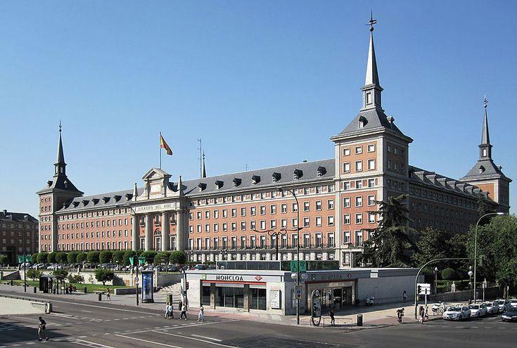 Ministerio del Aire fue construido en los años después de la Guerra Civil (1943-1958): La arquitectura de los años de la posguerra (los años 1940 y 1950) se volvían de nuevo al estilo historicista y se elegían la arquitectura representativa de los Austrias (un estilo antiguo).  Es del estilo neo-herreriano con fuentes racionalistas.