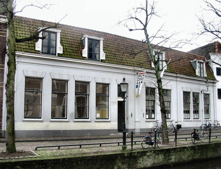 Casa de nascimento de Pieter Cornelis Mondriaan em Amersfoort, nos Países Baixos, e agora Museu de Arte Construtivista e Concreta.  Fotografia: Ellywa.