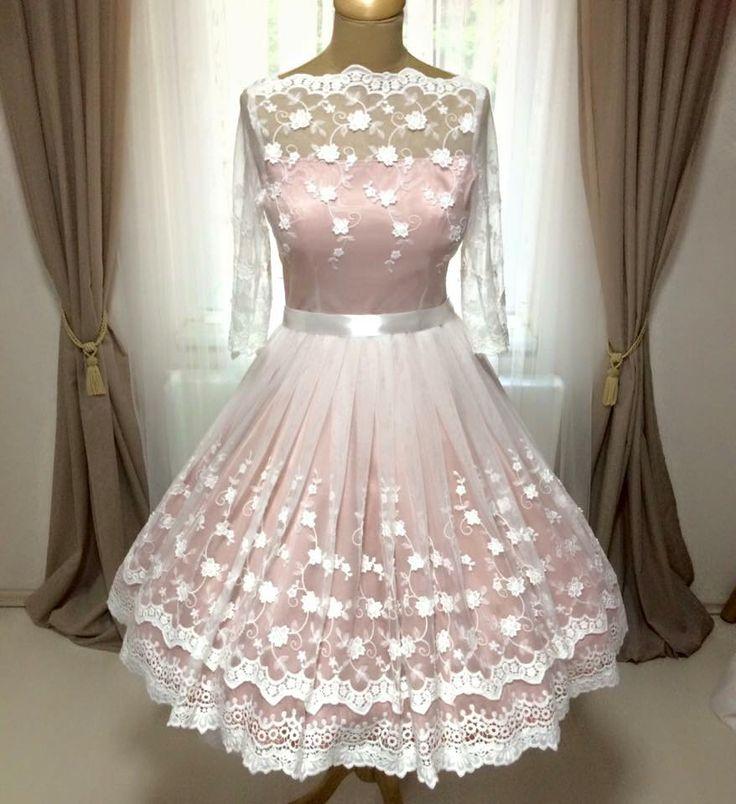 Idei kollekciónk legújabb darabja ez a puha, vintage csipkével borított menyasszonyi ruha, melynek alapja egy pasztell rózsaszín szaténruha. Ennek színét a merendelő kérésének, elképzelésének megfelelően tudjuk változtatni. :) info@miabellahungary.hu