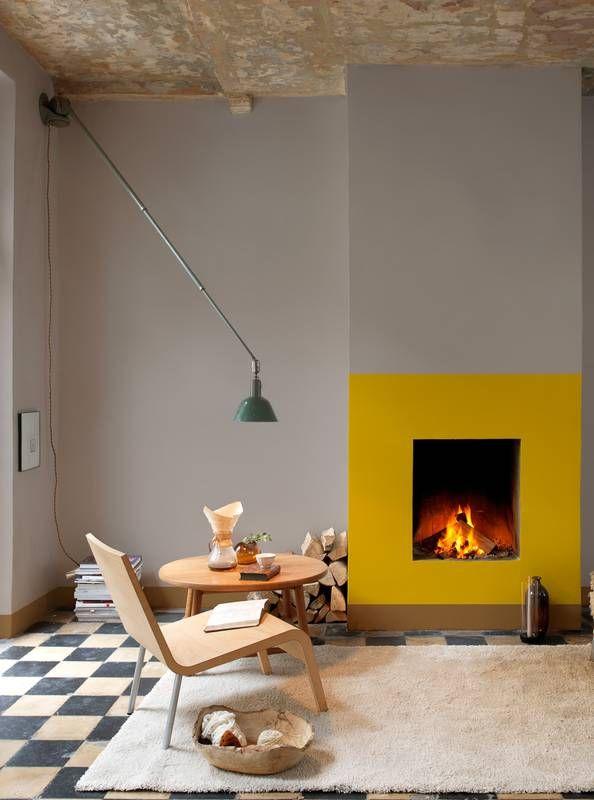 Salon z żółtym kominkiem