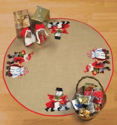 Færdigsyet Juletræstæppe med Nissepar danser med snemand  Permin design.  Diameter 125 cm.  Færdigsyet og monteret juletræstæppe, broderet på Jute med 4 tråde per cm.  Lige til at ligge under træet!